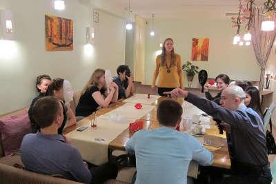 Вечерика свиданий в кафе Баловень. 27 пар возраста 30-42 года, играем в мафию